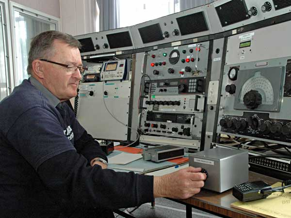 Peter Scott ZL1AAM adjusts the preselector for the 475 kHz receiver.