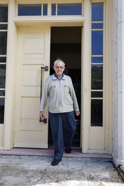 Former Auckand Radio ZLD operator Bernie Smith returns to visits Musick Memorial Radio Station