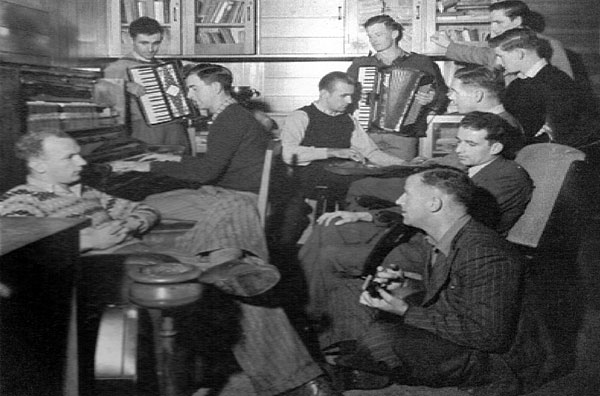 A few of the Musick Point staff enjoy a jam session, c1950. Clockwise from left: Rex Beechy, George King (accordion), Doug Morris (piano), Alan Howe (electric guitar), Mervyn Ball (accordion), Gordon Nicholls, Tom Scott, unidentified, unidentified, Jack Monks (guitar)