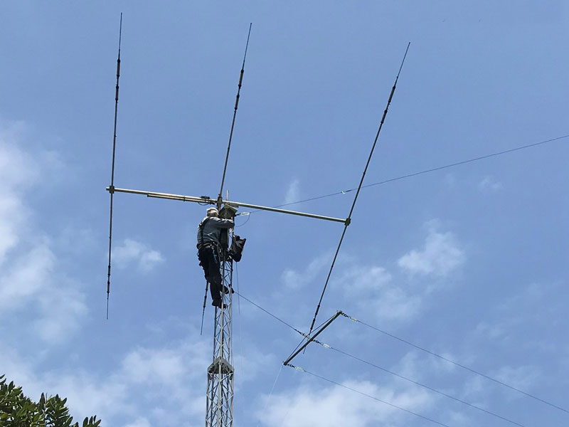 Harry ZL1BK on the east tower, installing a new terminating resistor for the 80m Vee Beam